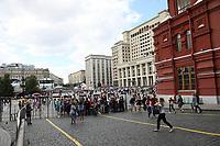 Einlasskontrolle zum Roten Platz am Platz Manedhznaya und dem Hotel Four Seasons in Moskau - 20.06.2018: Sightseeing Moskau