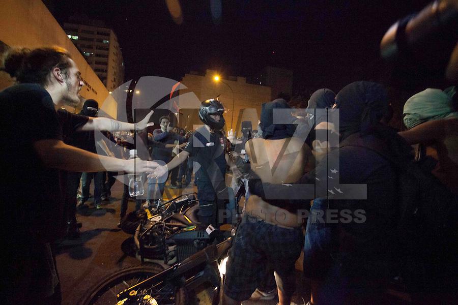 """SAO PAULO, SP, 01.08.2013 - PROTESTO SAO PAULO - Policiais tentam conter protesto contra o governador de São Paulo, Geraldo Alckmin, e em apoio aos protestos no Rio de Janeiro, na Avenida Paulista, no centro da capital paulista, nesta quinta-feira. A manifestação também é um """"ato de apoio"""" ao questionamento de onde está o pedreiro Amarildo Souza, desaparecido no Rio de Janeiro desde o dia 14. (Foto: Warley Leite / Brazil Photo Press)."""