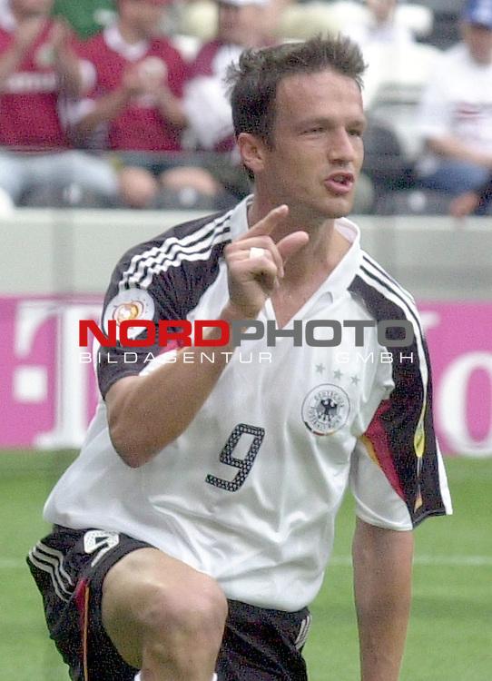 Europameisterschaft 2004 Portugal<br /> <br /> Lettland - Deutschland<br /> <br /> Fredi Bobic (Deutschland) zeigst an, so viel hat gefehlt.<br /> <br /> Foto &copy; nordphoto
