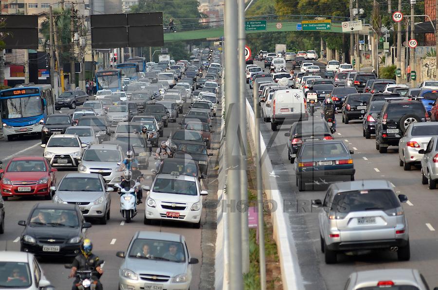 SÃO PAULO, SP, 16.10.2015 – TRÂNSITO-SP - Transito congestionado na Av. Moreira Guimarães, próximo ao aeroporto de Congonhas,  zona sul de São Paulo na tarde desta sexta-feira. (Foto: Levi Bianco/Brazil Photo Press)