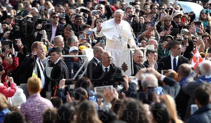 Papa Francesco saluta i fedeli al suo arrivo all'udienza generale del mercoledi' in Piazza San Pietro, Citta' del Vaticano, 20 marzo 2019.<br /> Pope Francis waves to faithful as he arrives to lead his weekly general audience in St. Peter's Square at the Vatican, on March 20, 2019.<br /> UPDATE IMAGES PRESS/Isabella Bonotto<br /> <br /> STRICTLY ONLY FOR EDITORIAL USE