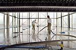 ROTTERDAM -  In het centrum van Rotterdam wordt de hoogste etage van het hoogste gebouw van Nederland, de ruim 165 meter hoge Maastoren, voorzien van speciale anhydriet gietvloer van Gyvlon uit Geertruidenberg. Met hulp van een nieuwe viercilinder plunjerpomp, de SteadyFlowpomp van machinebouwer Staring uit Creil, een speciale receptuur voor hoogbouw, en een 245 meter lange slang met een druk van 40 tot 50 bar is de vloer van de tweelaags sky lobby voorzien van een passende vloer. Het door Besix Nederland Branch gebouwde complex heeft 44 verdiepingen, een achtlaags parkeergarage en is ontworpen door Dam & Partners Architecten uit Amsterdam in samenwerking met het Franse Odile Decq Benoit Cornette. COPYRIGHT TON BORSBOOM