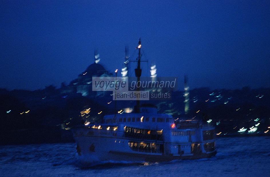 Europe/Turquie/Istanbul: Navigation sur le Bosphore en fond Sainte-Sophie et la Mosquée Bleue