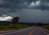 BRAGANÇA PAULISTA,SP - 17.11.2015 - CLIMA-SP - Nuvens pretas, são vistas no céu de Bragança Paulista, interior do estado de São Paulo, na noite dessa terça-feira,17 (Foto: Eduardo Carmim/Brazil Photo Press)