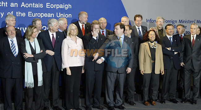 Irish Foreign minister,current chairman of the Council Brian Cowen (c)  and EU Foreign ministers pose for the family picture of the Informal Foreign minister Council in Tullamore (Ireland) 17 april 2004. AFP PHOTO GERARD CERLES