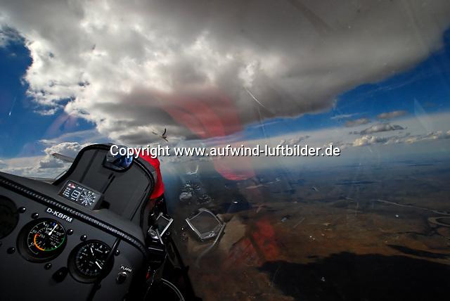 Cockpit: AFRIKA, SUEDAFRIKA, 19.12.2007: Suedafrika,  Gariep, Flugzeug, Segelflugzeug, fliegen, Karoo, Wueste, Cockpit, Haube, Duo Diskus, Doppelsitzer,  Instrumente, Luftbild, Luftansicht, Aufwind-Luftbilder