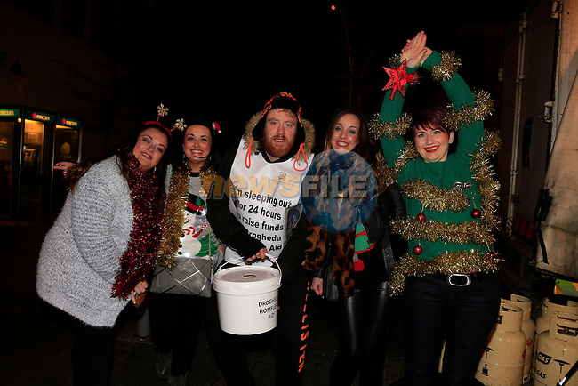 Debbie Mohan Vickey Hackett and Sarah Reilly and Nuala Dooley with some of the helpers taking part in the Drogheda homeless aid sleepout.<br /> Picture www.newsfile.ie