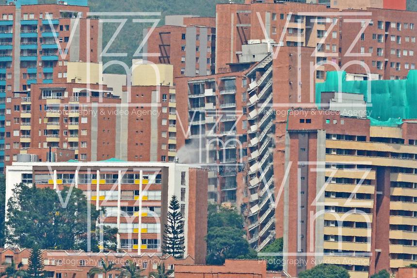 MEDELLÍN - COLOMBIA, 14-06-2018:  Demolición del edificio San Bernavento en el sector la Loma de los Bernales en Belén de la ciudad de Medellín Colombia construida por la Constructora San Felipe-Promotora Bernavento. El procedimiento fue ordenado por la alcaldía por las fallas estructurales de la edificación de 14 pisos detectadas después de un estudio contratado por los residentes en el año 2016. / Demolition of the San Bernavento building placed at Loma de los Bernales in Belén of Medellín city, Colombia, built by the San Felipe-Promotora Bernavento Construction Company. The procedure was ordered by the mayor's office for the structural flaws of the 14-story tall building detected after a study contracted by residents in 2016. Photo: VizzorImage/ León Monsalve / Cont