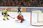 Krefelds Daniel&nbsp;Pietta (Nr.86)  bezwingt Duesseldorfs Goalie Mathias Niederberger (Nr.35)  zum 3:4-Endstand in Overtime beim Spiel in der DEL, Duesseldorfer EG (rot) - Krefeld Pinguine (gelb).<br /> <br /> Foto &copy; PIX-Sportfotos *** Foto ist honorarpflichtig! *** Auf Anfrage in hoeherer Qualitaet/Aufloesung. Belegexemplar erbeten. Veroeffentlichung ausschliesslich fuer journalistisch-publizistische Zwecke. For editorial use only.