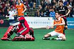 BLOEMENDAAL   - Hockey - Thierry Brinkman (Bldaal) stuit op Jan de Wijkerslooth. . 3e en beslissende  wedstrijd halve finale Play Offs heren. Bloemendaal-Amsterdam (0-3). Amsterdam plaats zich voor de finale.  COPYRIGHT KOEN SUYK