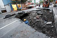 SAO PAULO, 22 DE JUNHO DE 2012. CRATERA NO  ITAIM BIBI.   Cratera na Rua Bandeira Paulista no bairro do Itaim Bibi. A rua esta interditada. FOTO: ADRIANA SPACA - BRAZIL PHOTO PRESS
