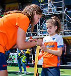 Den Bosch  -  International  Pien Sanders  voor ONVZ  geeft de Fan of the Match een nieuw gripje   voor  de Pro League hockeywedstrijd dames, Nederland-Belgie (2-0).  COPYRIGHT KOEN SUYK