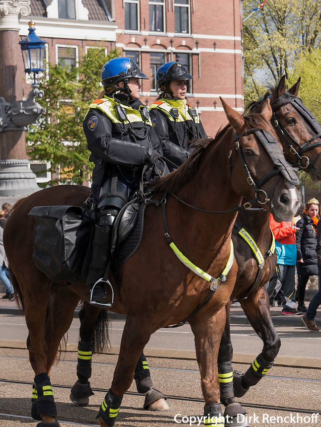 Berittene Polizei am K&ouml;nigstag in Amsterdam, Provinz Nordholland, Niederlande<br /> Mounted police at Kings day on, Amsterdam, Province North Holland, Netherlands