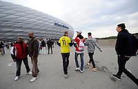 FUSSBALL  CHAMPIONS LEAGUE  SAISON 2012/2013  FINALE  Borussia Dortmund - FC Bayern Muenchen         25.05.2013 Fans pilgern zum Public Viewing in der Allianz Arena in Muenchen. Ein BVB Fan traut sich sogar im Trikot von Marco Reus in die Arena