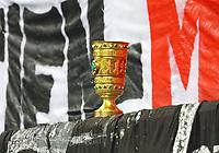 Eintracht Fans präsentieren den gegen die Bayern gewonnenen DFB-Pokal - 22.12.2018: Eintracht Frankfurt vs. FC Bayern München, Commerzbank Arena, DISCLAIMER: DFL regulations prohibit any use of photographs as image sequences and/or quasi-video.