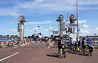 Nederland Amsterdam - aug 2019. Pont Buitenhuizen. De Buitenhuizerpont vaart tussen Spaarndam en Assendelft over het Noordzeekanaal: Pont 910 (overdag) en 914 ('s nachts).    Foto Berlinda van Dam / Hollandse Hoogte
