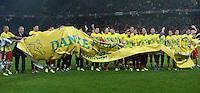 Fussball International  WM Qualifikation 2014   in Bern Schweiz - Slowenien         15.10.2013 JUBEL Schweiz, das Team um Goekhan INLER und Trainer Ottmar HITZFELD (v.li.) bedanken sich per Plakat: Danke Fans, fuer die Unterstuetzung auf dem Weg nach Brasilien.