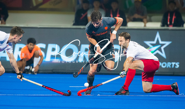 BHUBANESWAR (INDIA) - Robbert Kemperman (Ned) passeert Richard Hildreth (Can)   tijdens Nederland-Canada (5-0) bij het WK Hockey heren.  COPYRIGHT KOEN SUYK
