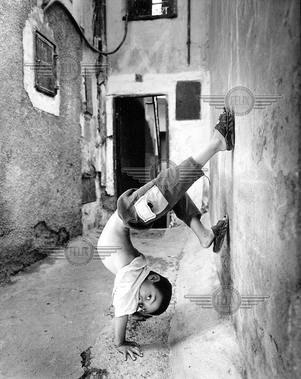 Morocco, Marrakech, November 2002.Child playing in the Medina of Marrakech..Photo: Tim Dirven/Panos Pictures..Marokko. Marrakech, november 2002..Spelend kind in de medina van Marrakech..foto: Tim Dirven/HH