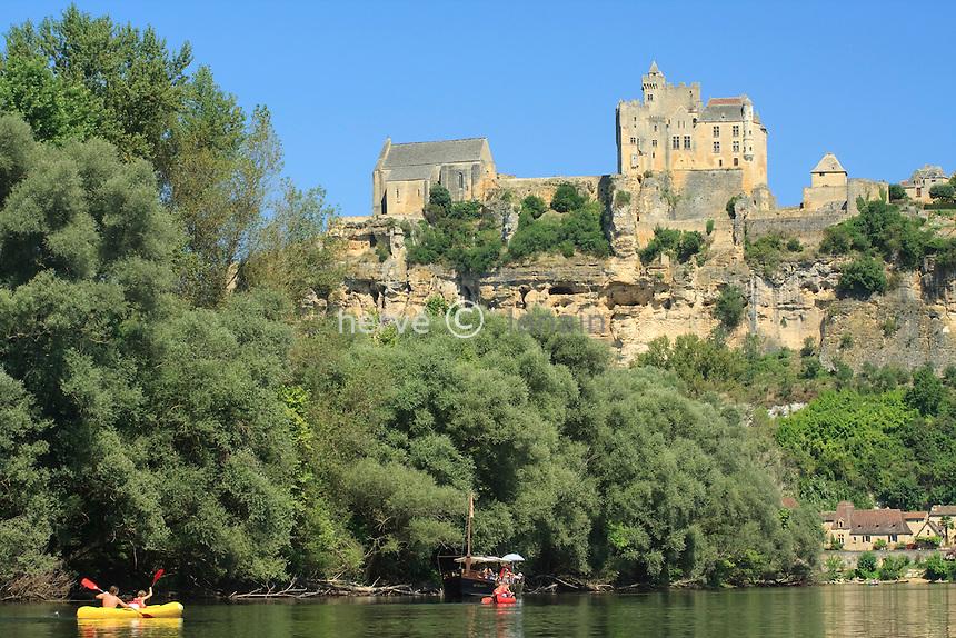 France, Dordogne (24), Beynac-et-Cazenac, la Dordogne,le village dominé par le château et la chapelle // France, Dordogne, Beynac-et-Cazenac, the Dordogne, the village dominated by the castle and the chapel