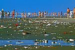 Lixo na Praia Grande, festa de Iemanjá. Santos. São Paulo. 1980.Foto de Juca Martins.