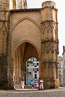 Europe/France/Aquitaine/64/Pyrénées-Atlantiques/Pays-Basque/Bayonne: Porche de la  Cathédrale Sainte-Marie lors des Fêtes de Bayonne