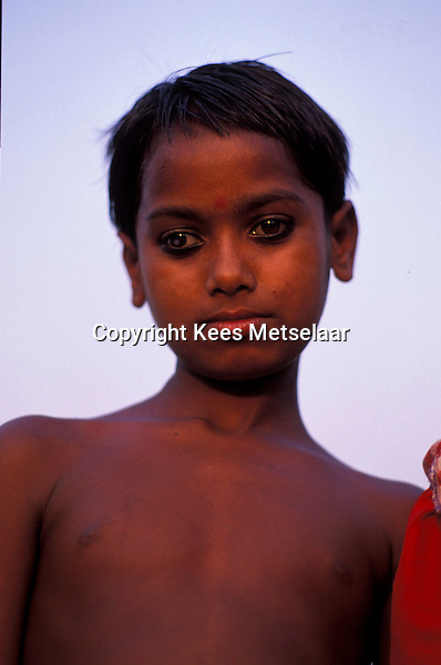 Bangladesh, Dhaka, 15 Januari 1991..Portret van een jonge man...Portrait of young man...Photo by Kees Metselaar