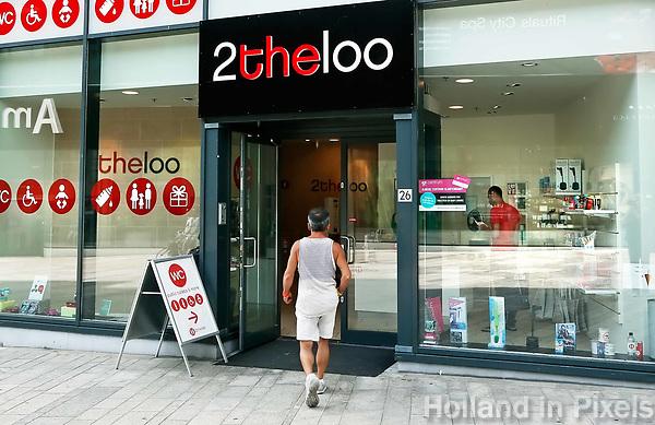 Nederland  Almere  2017.   Openbaar toilet. 2theloo.  Straatbeeld in het Stadshart.   Foto Berlinda van Dam / Hollandse Hoogte