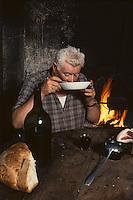 Europe/France/Midi-Pyrénées/46/Lot/Haut-Quercy/Salviac: Paysan faisant chabrot<br /> PHOTO D'ARCHIVES // ARCHIVAL IMAGES<br /> FRANCE 1980
