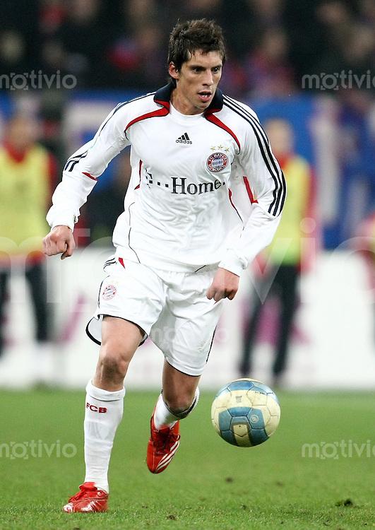 FUSSBALL     1. BUNDESLIGA/DFB POKAL     SAISON 2007/2008 Jose Ernesto SOSA (FC Bayern Muenchen), Einzelaktion am Ball