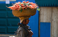 MADAGASCAR, farmer carry carots to the market / MADAGASKAR, Bauer traegt Karotten zum Markt