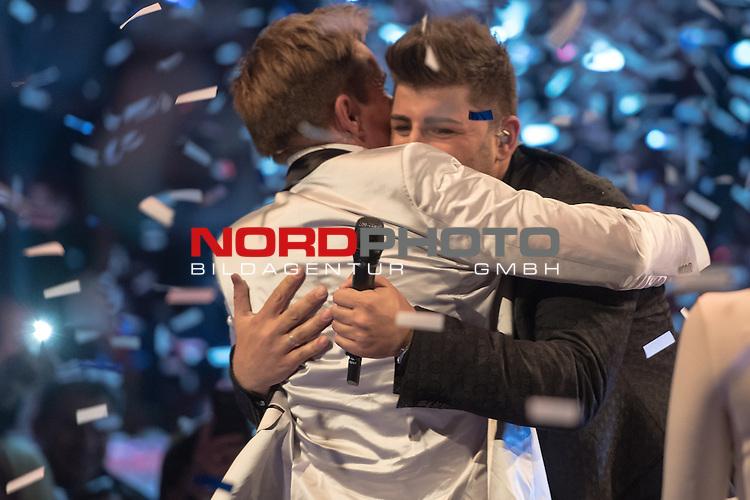 16.05.2015, &Ouml;VB-Arena, Bremen, GER, DSDS sucht den Superstar _ Finale 2015, im Bild<br /> <br /> <br /> DSDS Sieger 2015 #Severino Seeger (27 When I Was Your Man &ndash; Bruno Mars )<br /> <br /> Dieter Bohlen (Jury Chef DSDS)<br /> Foto &copy; nordphoto / Kokenge