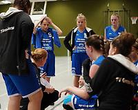Trainerin Antje Gonnermann (TV Gross-Gerau 2) gibt die Taktik vor  - Wallerstädten 03.11.2019: SKG Wallerstädten vs. TV Groß-Gerau 2, Bezirksliga Darmstadt