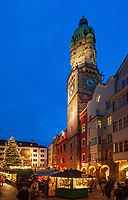Oesterreich, Tirol, Innsbruck: Christkindlmarkt in der Altstadt mit Stadtturm und vor dem Goldenen Dachl | Austria, Tyrol, Innsbruck: Christmas Market in front of the Golden Roof and city tower