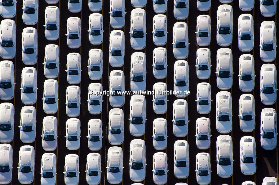 """KFZ Logistik in Bremerhaven: EUROPA, DEUTSCHLAND,BREMEN,  BREMERHAVEN  (EUROPE, GERMANY), 14.01.2012: Die aus der 1877 gegruendeten Bremer Lagerhaus Gesellschaft AG entstandene BLG Logistics Group ist heute mit 6.800 Mitarbeitern der europaeische Branchenfuehrer in der Kfz-Logistik. Das Autoterminal der BLG verfuegt ueber eine Gesamtflaeche von drei Millionen Quadratmetern und hat Platz für 120.000 Fahrzeuge. Der Gesamtwert der Fahrzeuge belaeuft sich bei voller Auslastung auf ca. 3,6 Milliarden Euro. Mit einem Gesamtumschlag von ueber zwei Millionen Fahrzeugen 2007  ist Bremerhaven der fuehrende Auto-Umschlagplatz in Europa. Die meisten der für den deutschen Markt bestimmten Import-Fahrzeuge gelangen ueber Bremerhaven nach Deutschland..Neben den Automobilen werden rund eine Million Tonnen sogenannter High & Heavy-Gueter sowie Stueckgueter und Schwergueter bis 200 Tonnen Gewicht im Ro/Ro-Umschlag bewegt. Bei den """"High & Heavy""""-Guetern handelt es sich um Baumaschinen, Bagger, Kettenfahrzeuge, Autokrane, landwirtschaftliche Geraete, Traktoren, Maehdrescher und andere Erntemaschinen, Lkw, Zugmaschinen und auch Lokomotiven. Der ICE-Testzug für Amtrak in den USA sowie der nach China gelieferte Transrapid wurden ueber Bremerhaven verschifft..Luftbilder, Luftfoto, Luftfotos, Luftphoto, Luftphotos, menschenleer, Motors, Neuwagen, Neuwagenparkplatz, niemand, oben, PKW, PKWs, Parkhaus, Parkpalette, Tag, Tage, Tageslicht, tagsueber, tagsueber, Vogelperspektive, Vogelperspektiven, von, Wagen,"""