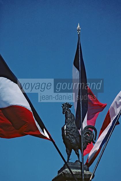 Europe/France/Auvergne/15/Cantal/Salers: Coq et drapeaux français sur le monument aux morts