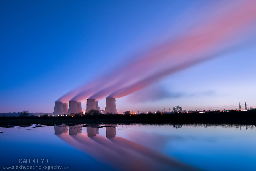 Ratcliffe-on-Soar power station, a coal-fired power station. Long exposure before dawn, Nottinghamshire, UK.