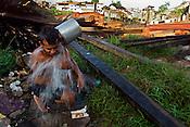 Ronaldo Vilhena 34  anos, morando a 20  no Tucunduba, a falta de &aacute;gua encanada lhe faz usar uma bica a 10 mts do igarap&eacute;, pequeno rio, cuja a ocupa&ccedil;&atilde;o desordenada ha v&aacute;rias decadas levaram a degrada&ccedil;&atilde;o do meio ambiente e baixa qualidade de vida.<br />As fam&iacute;lias moradoras da &aacute;rea n&atilde;o tem acesso a &aacute;gua encanada. <br />O igarap&eacute; que fica a cerca de 150 km do litoral paraense no atl&acirc;ntico sofre influ&ecirc;ncia da mar&eacute; , servindo para transporte para alguns bairros da cidade s&oacute; pode ser usado durante a alta mar&eacute;.<br />Bel&eacute;m Par&aacute; Brasil<br />05/06/2004<br />Foto Paulo Santos/Interfoto