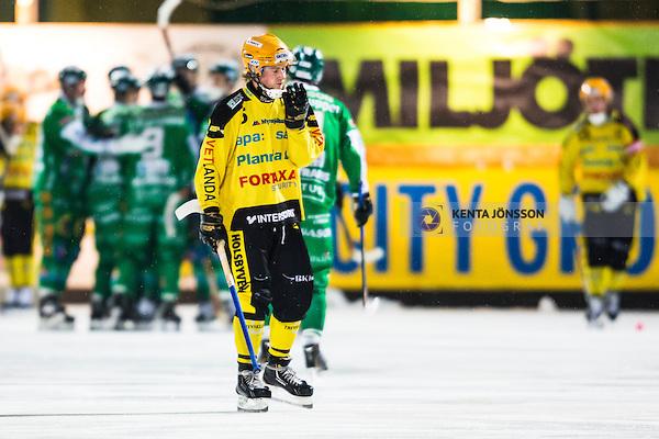 Stockholm 2014-02-21 Bandy SM-kvartsfinal 3 Hammarby IF - Vetlanda BK :  <br /> Vetlandas Pontus Blomberg deppar efter att Hammarbys Patrik Nilsson gjort 1-1<br /> (Foto: Kenta J&ouml;nsson) Nyckelord: depp besviken besvikelse sorg ledsen deppig nedst&auml;md uppgiven sad disappointment disappointed dejected