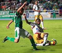 CALI -COLOMBIA-05-10-2013. Sergio Romero (I) del Deportivo cali disputa el balón con John Valencia (D) del Tolima durante partido válido por la fecha 14 de la Liga Postobón II 2013 jugado en el estadio Pascual Guerrero de la ciudad de Cali./ Deportivo Cali player Sergio Romero (L) fights for the ball with Tolima player John Valencia (R) during match valid for the 14th date of Postobon League II 2013 played at Pascual Guerrero stadium in  Cali city.Photo: VizzorImage/Juan C. Quintero/STR