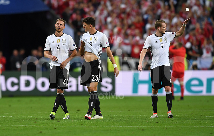FUSSBALL EURO 2016 GRUPPE C IN PARIS Deutschland - Polen    16.06.2016 Benedikt Hoewedes, Mario Gomez und Andre Schuerrle  (v.l., alle Deutschland) nach dem Abpfiff