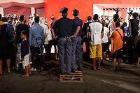 Venezia:due poliziotti assistono al red carpet, durante la sessantottesima edizione della mostra del cinema di Venezia