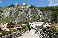 DEU, Deutschland, Bayern, Niederbayern, Naturpark Altmuehltal, Markt Essing: Urlaubsort an der Altmuehl, oberhalb die Burg Randeck - Bruck und Bruckturm | DEU, Germany, Bavaria, Lower Bavaria, Natural Park Altmuehltal, Essing: holiday resort at river Altmuehl, above Castle Randeck