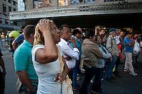 SAO PAULO, 21 DE JULHO DE 2012 -COTIDIANO- Na foto populares observam apresentacao de artistas de rua no viaduto do cha,centro de Sao Paulo na tarde deste Sabado. FOTO VAGNER CAMPOS BRAZIL PHOTO PRESS