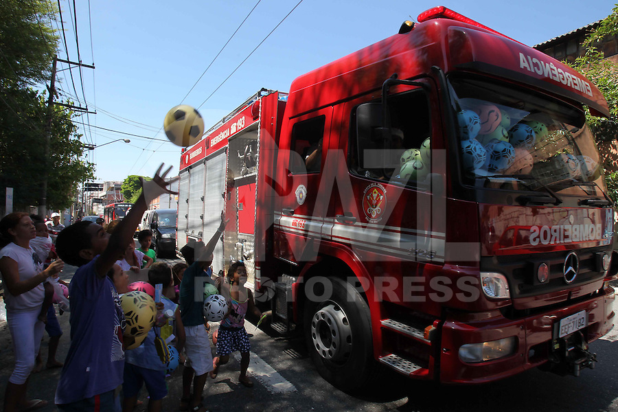 """FOTO EMBARGADA PARA VEICULOS INTERNACIONAIS. SÃO PAULO, SP, 24/12/2012, PAPAI NOEL ZONA LESTE.Um grupo de empresarios entitulados de """"Papai Noel da Zona Leste"""" estão percorrendo várias ruas da Mooca e bairros vizinhos distribuindo presentes. Cerca de 25 mil presentes estão previstos para serem entregues. Luiz Guarnieri/ Brazil Photo Press"""