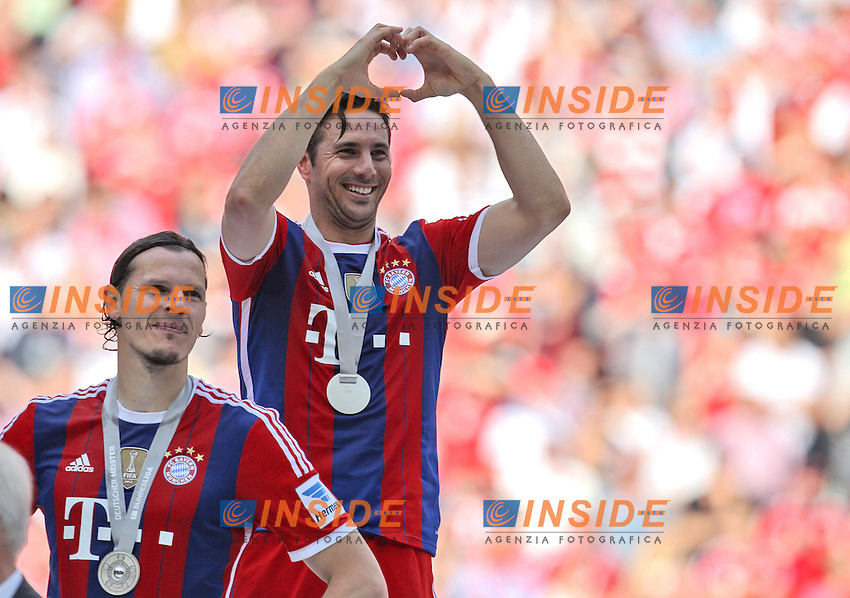 10.05.2014, Allianz Arena, Muenchen, GER, 1. FBL, FC Bayern Muenchen vs VfB Stuttgart, 34. Runde, im Bild Claudio Pizzarro #14 (FC Bayern Muenchen) macht ein Herz zu seiner Familie // during the German Bundesliga 34th round match between FC Bayern Munich and VfB Stuttgart at the Allianz Arena in Muenchen, Germany on 2014/05/10. EXPA Pictures &copy; 2014, PhotoCredit: EXPA/ Eibner-Pressefoto/ Kolbert<br /> <br /> *****ATTENTION - OUT of GER***** <br /> Football Calcio 2013/2014<br /> Bundesliga 2013/2014 Bayern Campione Festeggiamenti <br /> Foto Expa / Insidefoto