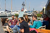 ITA, Italien, Kampanien, Ischia, vulkanische Insel im Golf von Neapel, Ischia Porto: Restaurants und Tavernen am Rive Droite, der rechten Seite des Haupthafens, Gruppe junger Menschen, Einheimische | ITA, Italy, Campania, Ischia, volcanic island at the Gulf of Naples, Ischia Porto: Restaurants and Inns at Rive Droite, right hand sight of the main port, group of young locals