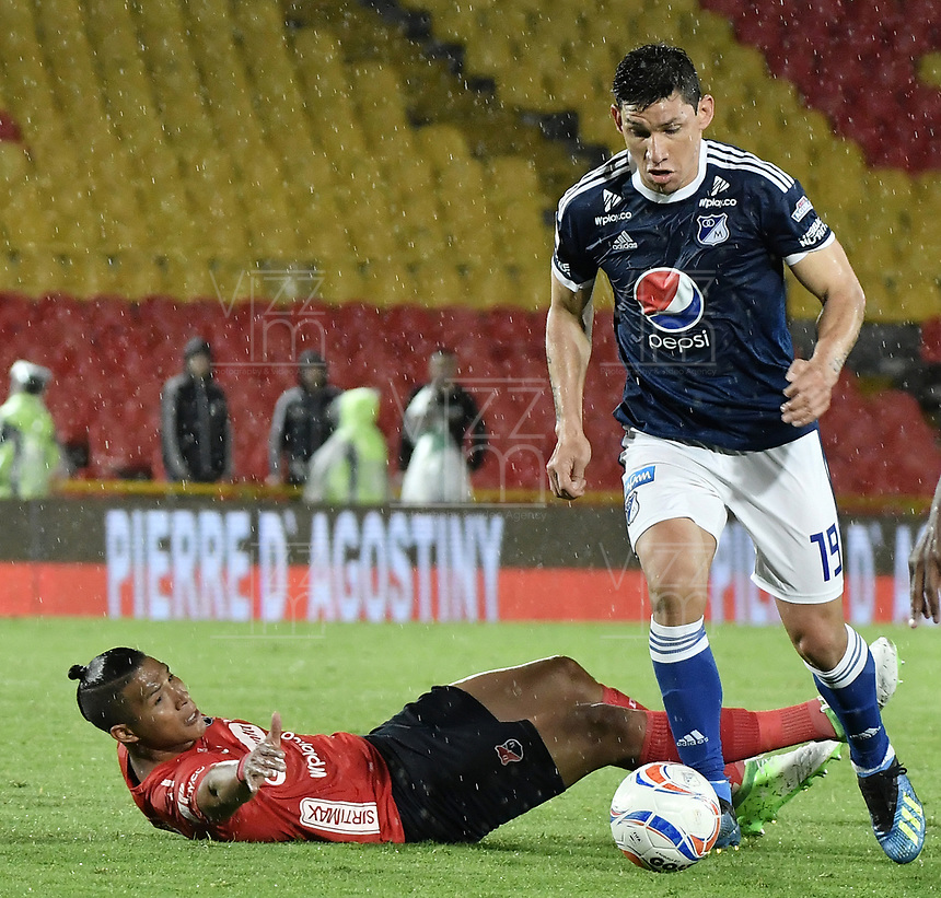BOGOTA - COLOMBIA, 04-08-2018: Roberto Ovelar (Der) jugador de Millonarios disputa el balón con Luis Luna (Izq) jugador de Deportivo Independiente Medellín durante partido por la fecha 3 de la Liga Águila II 2018 jugado en el estadio Nemesio Camacho El Campin de la ciudad de Bogotá. / Roberto Ovelar (R) player of Millonarios fights for the ball with Luis Luna (L) player of Deportivo Independiente Medellin during the match for the date 3 of the Liga Aguila II 2018 played at the Nemesio Camacho El Campin Stadium in Bogota city. Photo: VizzorImage / Gabriel Aponte / Staff.