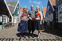 Koningsdag in Marken.  Tijdens Koningsdag dragen veel inwoners van Marken klederdracht met oranje accenten.