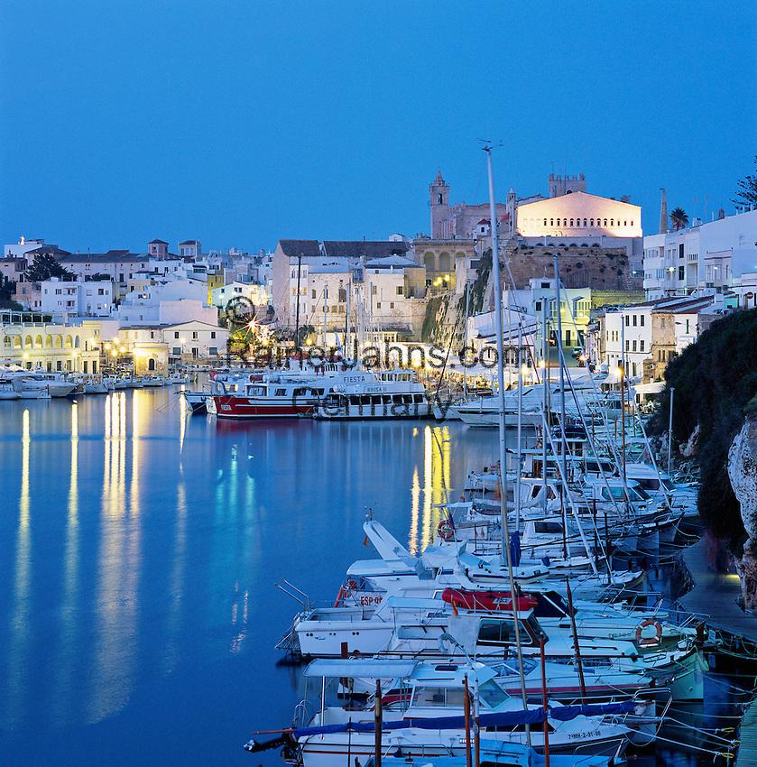 Spain, Balearic Islands, Menorca, Ciutadella: Town and Harbour at dusk | Spanien, Balearen, Menorca, Ciutadella: Stadt und Hafen am Abend
